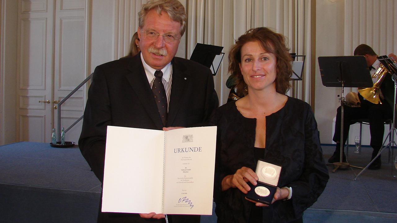 Staatsminister Otmar Bernhard überreichte Stephanie Weigel, Leiterin der Umweltprojekte bei Tollwood, die Bayerische Staatsmedaille für Verdienste um Umwelt und Gesundheit 2008. Foto: stmug
