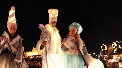 Stelzen Illumina Performances auf dem Tollwood